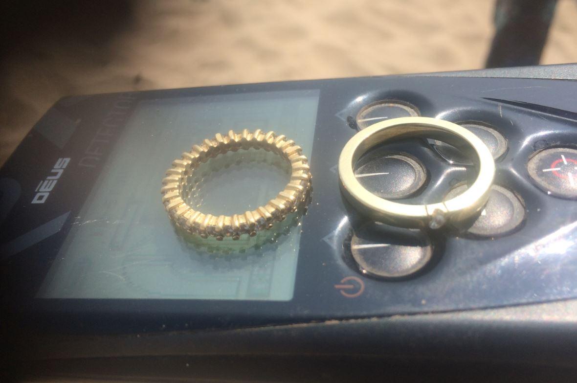 Gouden Ringen Verloren Op Strand